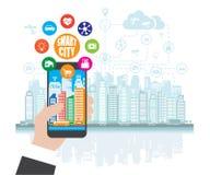 Smartphone helpt ter beschikking om zich in een slimme stad met de gevorderde slimme diensten, en vergrote werkelijkheid, sociaal Stock Foto