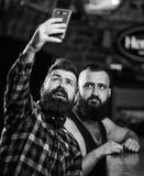Σε απευθείας σύνδεση επικοινωνία Γενειοφόρο smartphone λαβής hipster ατόμων Λήψη selfie της έννοιας Στείλετε selfie στα κοινωνικά στοκ εικόνα με δικαίωμα ελεύθερης χρήσης