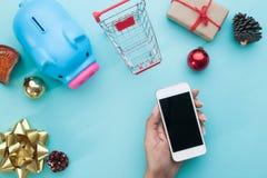Smartphone holdin руки с украшениями рождества Moc рождества Стоковое Фото