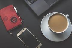 Smartphone, horario, ordenador portátil y café Fotografía de archivo libre de regalías