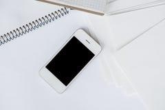 Smartphone i czysty biały papier Obrazy Stock