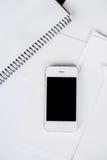 Smartphone i czysty biały papier Fotografia Stock