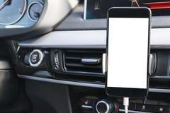 Smartphone i ett bilbruk för Navigate eller GPS Körning av en bil med Smartphone i hållare Mobiltelefon med den isolerade vita sk Arkivbild