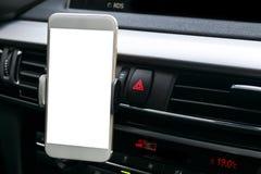 Smartphone i ett bilbruk för Navigate eller GPS Körning av en bil med Smartphone i hållare Mobiltelefon med den isolerade vita sk Royaltyfri Bild