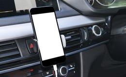 Smartphone i ett bilbruk för Navigate eller GPS Körning av en bil med Smartphone i hållare Mobiltelefon med den isolerade vita sk Fotografering för Bildbyråer