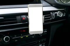 Smartphone i ett bilbruk för Navigate eller GPS Körning av en bil med Smartphone i hållare Mobiltelefon med den isolerade vita sk Royaltyfri Foto