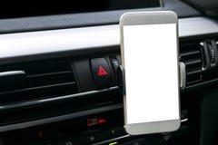 Smartphone i ett bilbruk för Navigate eller GPS Körning av en bilwithSmartphone i ett bilbruk för Navigate eller GPS bilcopyspace Royaltyfria Foton