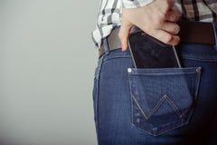 Smartphone i facket av jeans Royaltyfri Bild