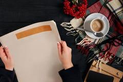 Smartphone i filiżanka, czytelniczy szkła, notatnik, wręczamy mienie gazetę Obrazy Stock
