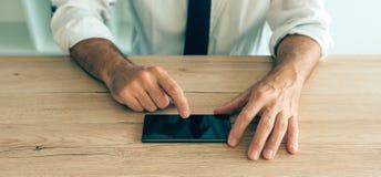 Smartphone i händer av den lyckade affärsmannen Royaltyfri Fotografi