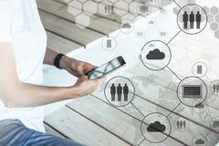 Smartphone i händer av hipsterflickan I förgrund är svarta faktiska symboler med moln, folk, grejer samla ihop kommunikationsbegr Arkivbild