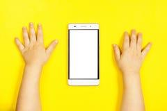 Smartphone i händerna av ett barn Royaltyfri Fotografi