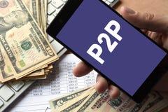 Smartphone i hand med meddelandet P2P Arkivfoto
