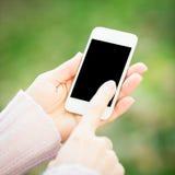 Smartphone i kvinna räcker Fotografering för Bildbyråer