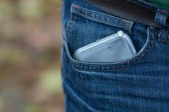 Smartphone i urblekt jeansfack Arkivbild