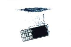 Smartphone im Wasser und im Spritzen Lizenzfreie Stockfotografie