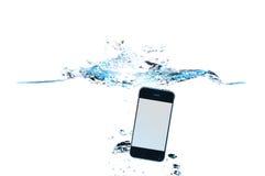 Smartphone im Wasser und im Spritzen Stockfotos