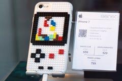 smartphone iPhone7 com tampa de Lego Tetris fotos de stock