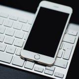 Smartphone kłaść na czarnym tle Mysz i klawiatura odizolowywający fotografia royalty free