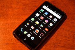 Smartphone Kłaść Na drewno Stołowym seansie Popularny Apps I socjalny Na pokazu ekranie, artykuł wstępny zdjęcie stock