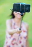 Smartphone-Kamera auf selfie Stock-Frauenhintergrund Lizenzfreie Stockfotos