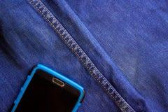 Smartphone kije z kieszeni niebiescy dżinsy fotografia stock