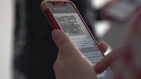 Smartphone in kinderen` s handen voorraad Slimme telefoon in de handen van een kind stock video