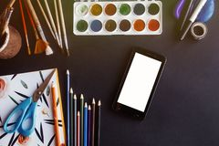 Smartphone komórka z pustym bielu parawanowym i kolorowym ołówka pai zdjęcie royalty free