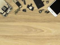 Smartphone-Komponenten auf hölzernem Hintergrund lizenzfreie stockfotografie