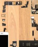 Smartphone-Komponenten auf hölzernem Hintergrund lizenzfreie stockbilder