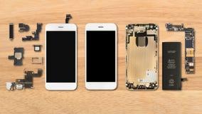 Smartphone-Komponenten auf hölzernem Hintergrund lizenzfreie stockfotos