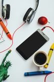 Smartphone, Kopfhörer und Miniatur des Freiheitsstatuen Stockfotografie