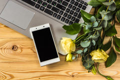 Smartphone, laptopu i eustoma kwiaty na drewnianym backgr, Obrazy Stock