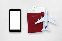 Smartphone, les billets d'avion, les passeports et le jouet surfacent photos stock
