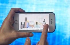 Smartphone-on-line-Einkaufen in der Hand einer Frau Kaufzusätze für Kleidung, Schuhe mit Online-Shop on-line-Einkaufen telefonisc lizenzfreies stockfoto