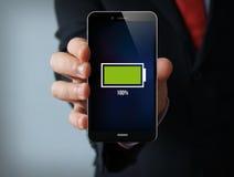 Smartphone lleno del hombre de negocios de la batería Fotos de archivo libres de regalías