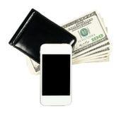 Smartphone lying on the beach na kiesie z banknotami Stany Zjednoczone, i Zdjęcia Royalty Free