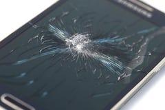 Smartphone móvel com a tela quebrada no backgroun branco fotos de stock royalty free