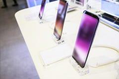Smartphone móvel novo na loja eletrônica da telecomunicação imagem de stock
