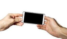 Smartphone in mano degli uomini su fondo bianco immagini stock libere da diritti
