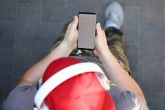 Smartphone maschio della tenuta della mano con lo spazio in bianco fotografie stock libere da diritti