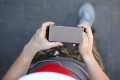 Smartphone masculin de prise de main avec le blanc photographie stock libre de droits