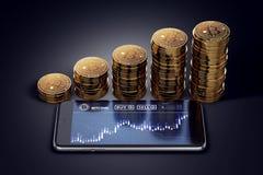 Smartphone med den Bitcoin diagrampå-skärmen och växande högar av guld- Bitcoins Royaltyfri Bild