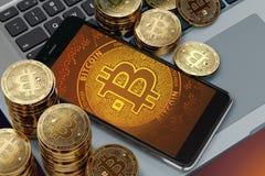 Smartphone med den Bitcoin symbolpå-skärmen som lägger på datortangentbordet Royaltyfri Fotografi