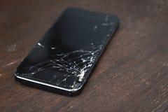 smartphone med den brutna pekskärmen Royaltyfria Bilder