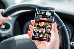 Smartphone med den genomskinliga skärmen i mänskliga händer. Arkivfoto