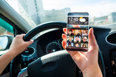 Smartphone med den genomskinliga skärmen i mänskliga händer Arkivfoto