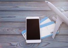 Smartphone med den svarta skärmen, plana biljetter på en träbakgrund Royaltyfria Foton