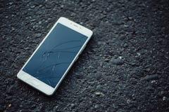 Smartphone med en bruten skärm Royaltyfri Foto