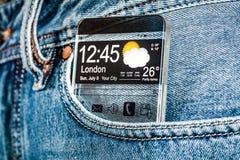 Smartphone med en genomskinlig skärm i ett fack av jeans Arkivfoton